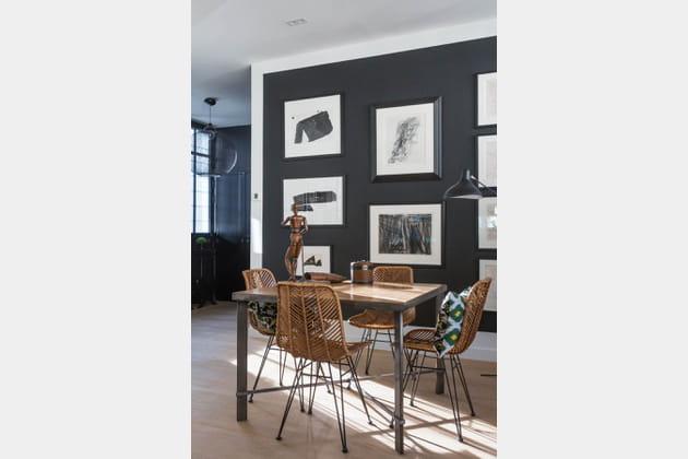 Un mur noir dans le salon façon galerie d'art