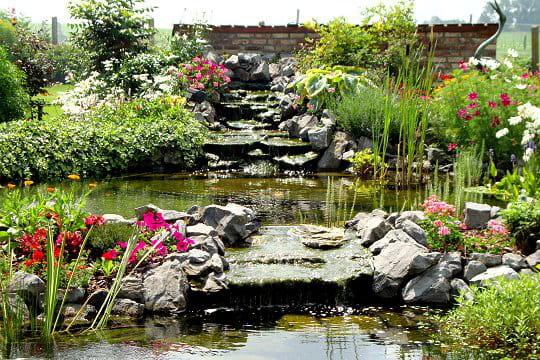 Un bassin décoré de pierres bleues