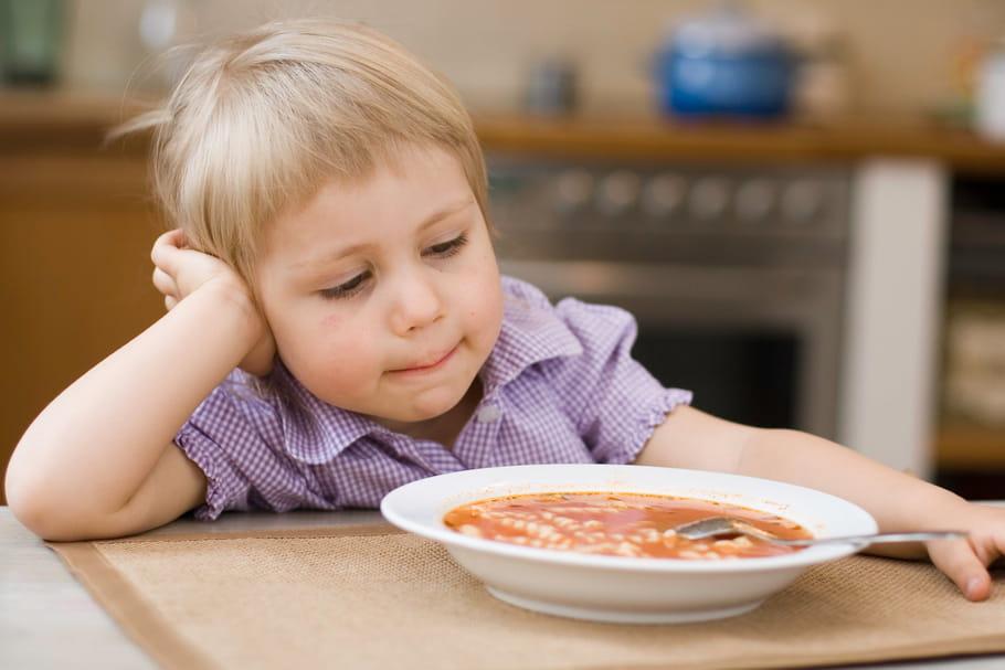 Il ne veut pas manger à table: faut-il le priver de dessert?