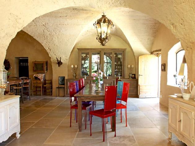 Une salle à manger sous des voûtes en pierre