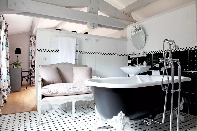 Salle de bains en noir et blanc: conseils et idées déco pour la créer