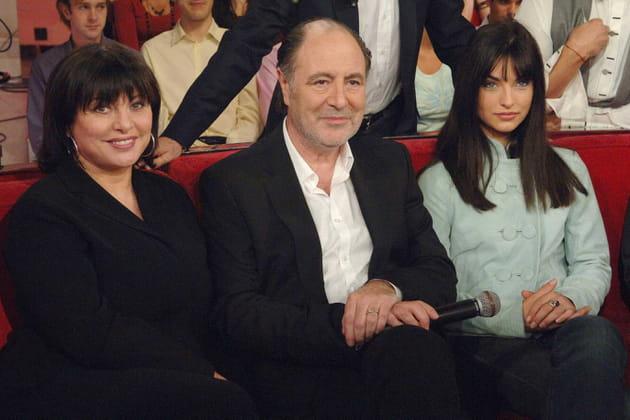 Avec sa femme Geneviève et sa belle-fille Pauline, sur le divan