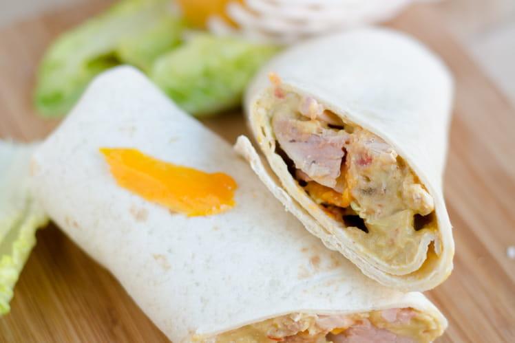 Wrap au poulet grillé et guacamole à la mangue