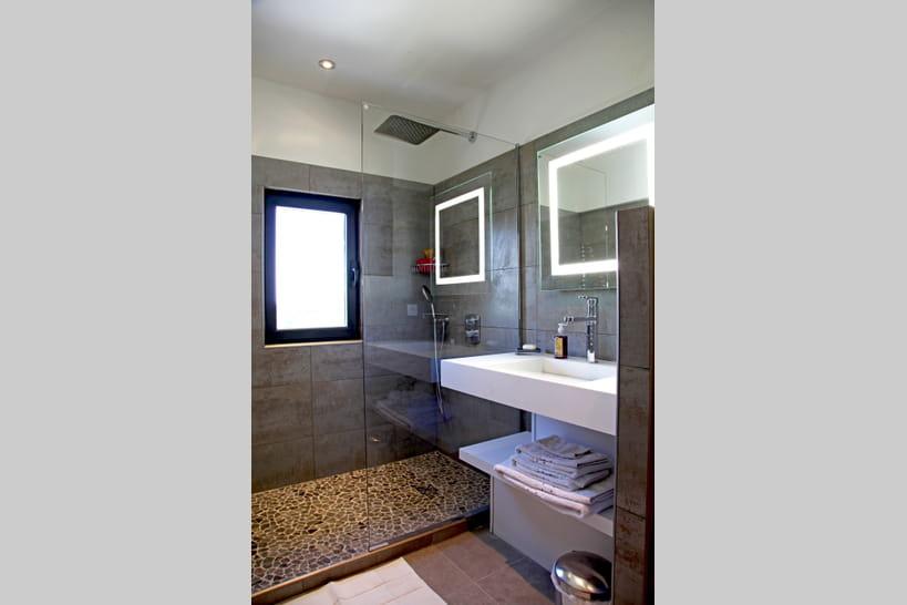 Am nager une petite salle de bains conseils et photos for Baignoire petite longueur