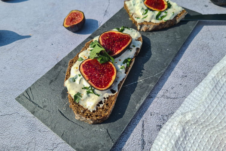 Tartine figues et fromage frais