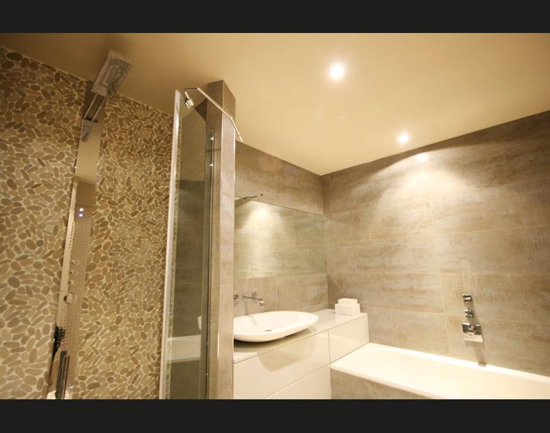 Des galets dans la salle de bains
