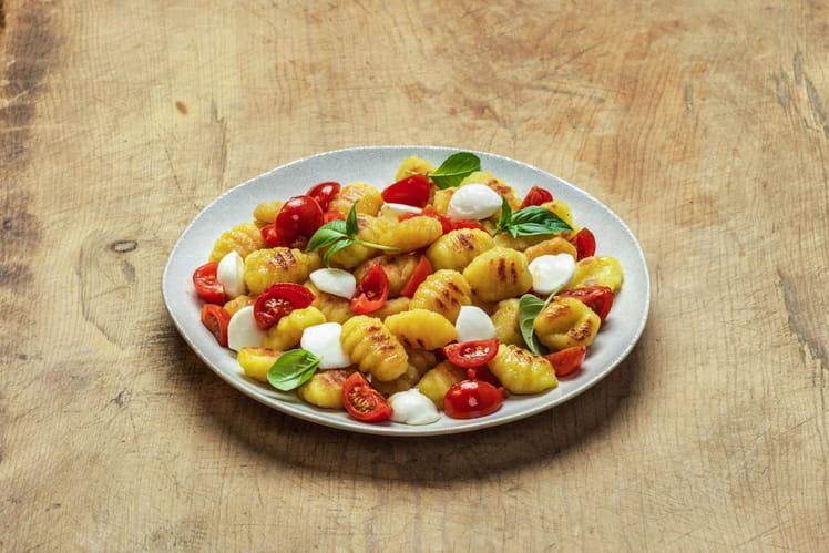 Gnocchi à poêler tradition avec tomates cerises, mozzarella fondue et basilic