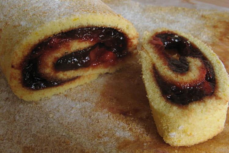 Gâteau roulé à la confiture de fraises et fraises