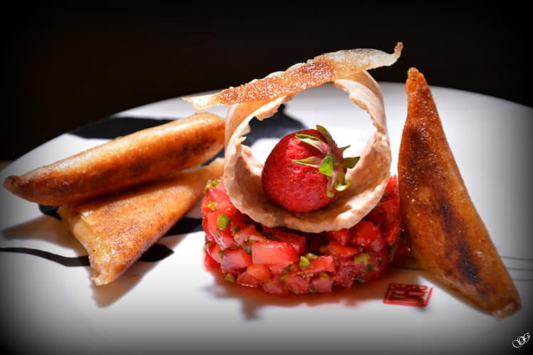 Samoussas de rhubarbe, tartare de fraises, croustillant chocolat blanc