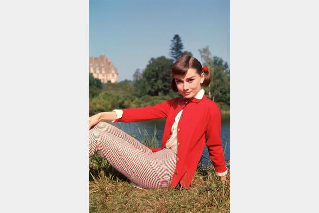 Audrey Hepburn en gilet rouge