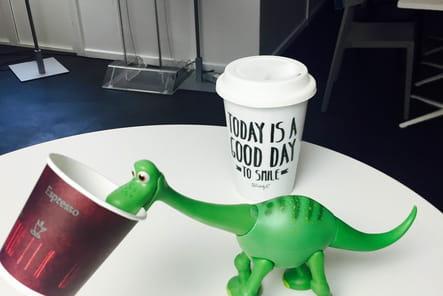 Arlo prend son café