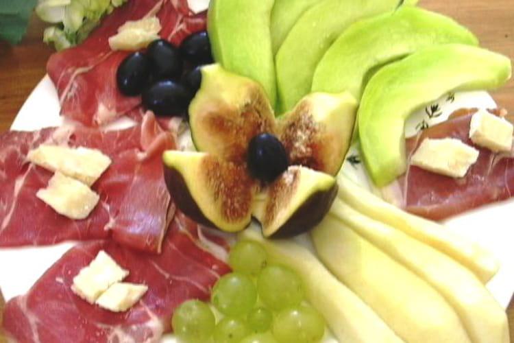 Antipasti jambon et fruits