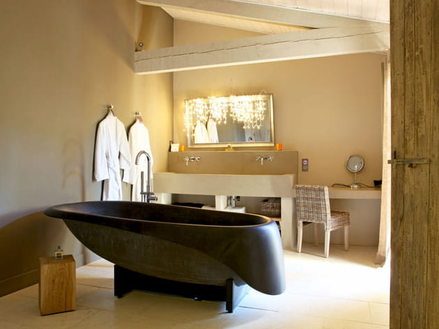 Une salle de bains design en matériaux bruts
