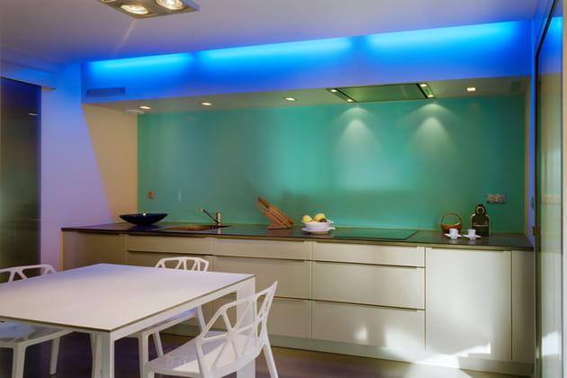 Une cuisine futuriste à la lumière bleue