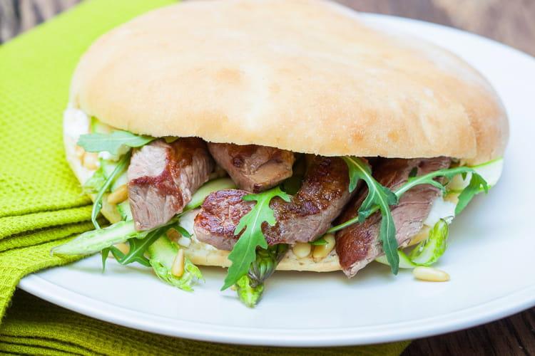 Sandwichs à l'émincé d'Agneau Presto, fromage de brebis et asperges vertes