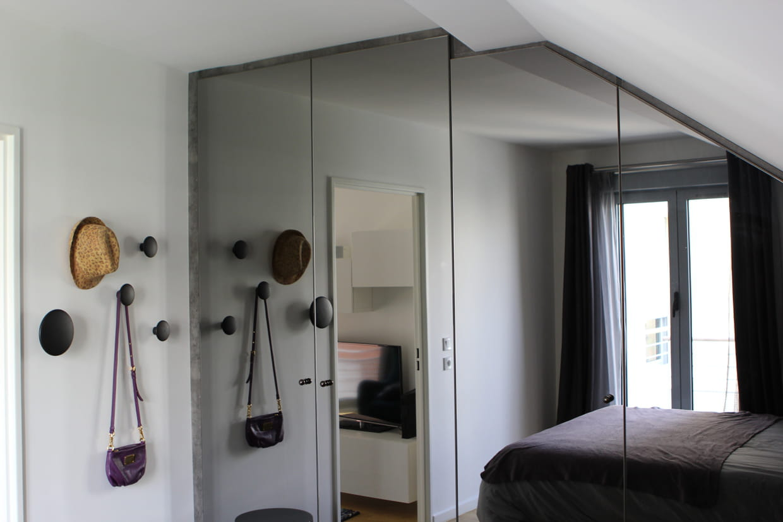 fermer le placard avec une porte miroir. Black Bedroom Furniture Sets. Home Design Ideas
