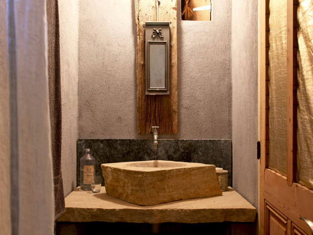 Un meuble vasque en pierre