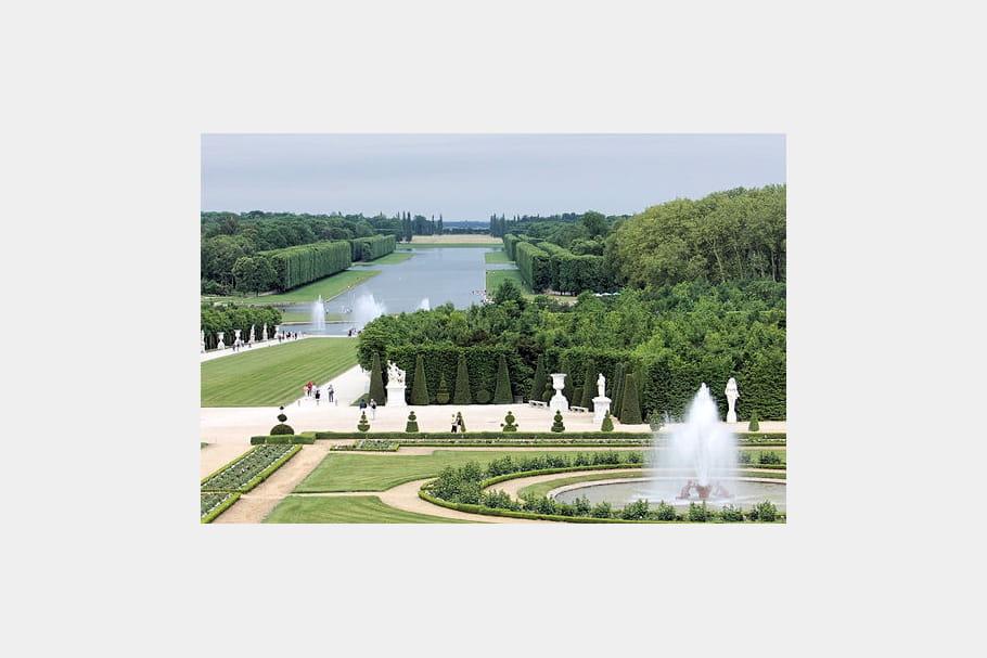 Les jardins de versailles bassins extraordinaires une source d 39 inspiration journal des femmes for Bassin de jardin grand volume