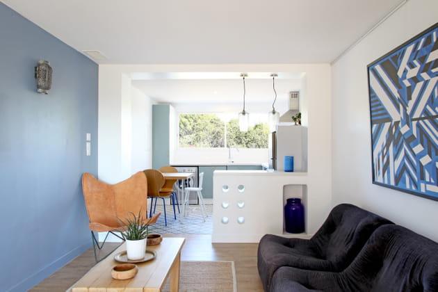 mur bleu ciel au salon. Black Bedroom Furniture Sets. Home Design Ideas