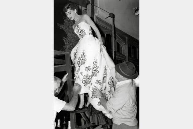 Audrey Hepburn en robe brodée