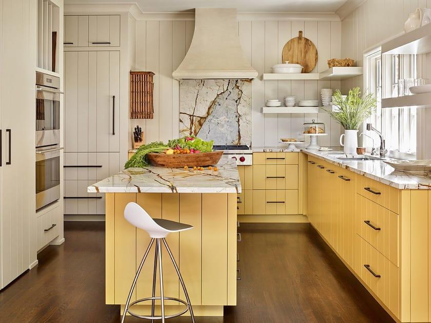 Une cuisine jaune pâle de charme