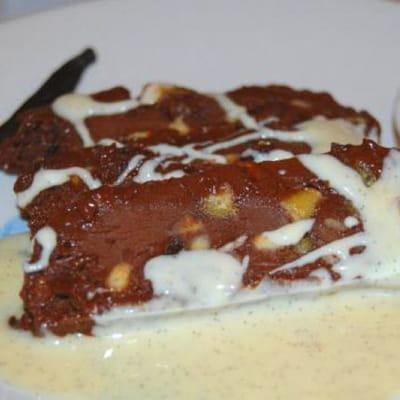 nougat glacé au chocolat, calissons et sauce vanille