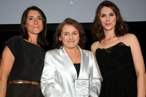 delphine bresson, au centre sur la photo, reçoit le prix de la meilleure