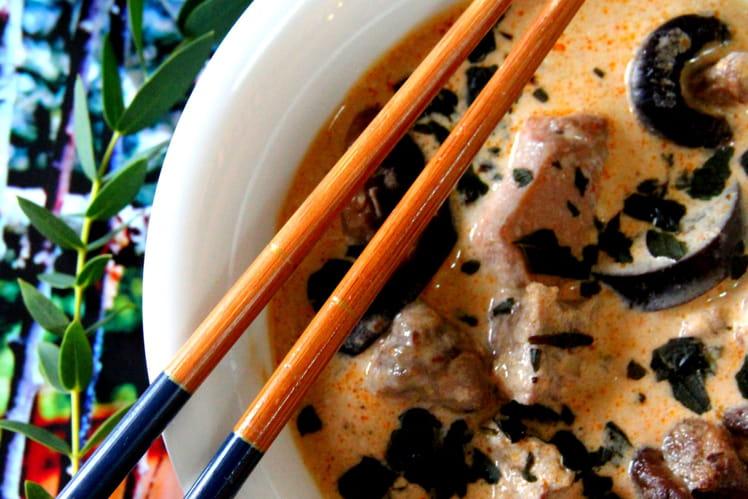 Curry rouge Thaï de porc aux aubergines et champignons parfumés
