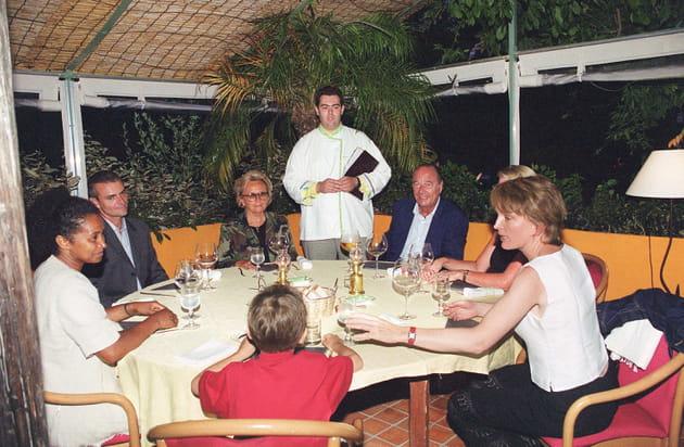 """Jacques Chirac et sa famille, au restaurant """"Le Sud"""" au Lavandou (2001)"""