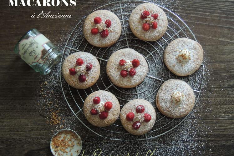 Macarons à l'ancienne : crème mascarpone vanille et coeur à la compotée de framboises