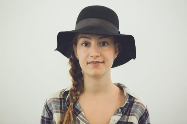 Tresse sous un chapeau
