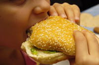 l'alimentation à la fois trop grasse et trop sucrée contribue à la progression