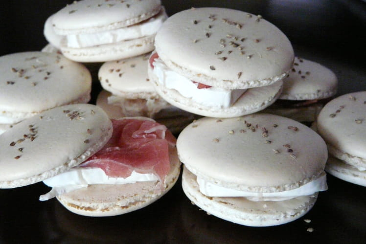 Macarons Ajwain, chèvre et jambon sec