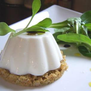 panna-cotta de brebis sur sa croûte aux olives vertes