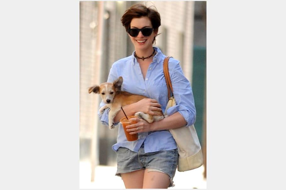 Anne Hathaway, simple en short en jean