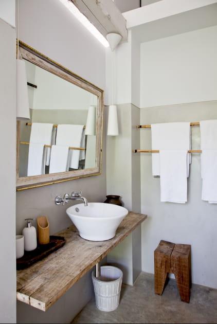 Une planche de bois dans la salle de bains