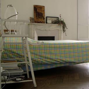 chaise haute de bébé détournée en table de chevet