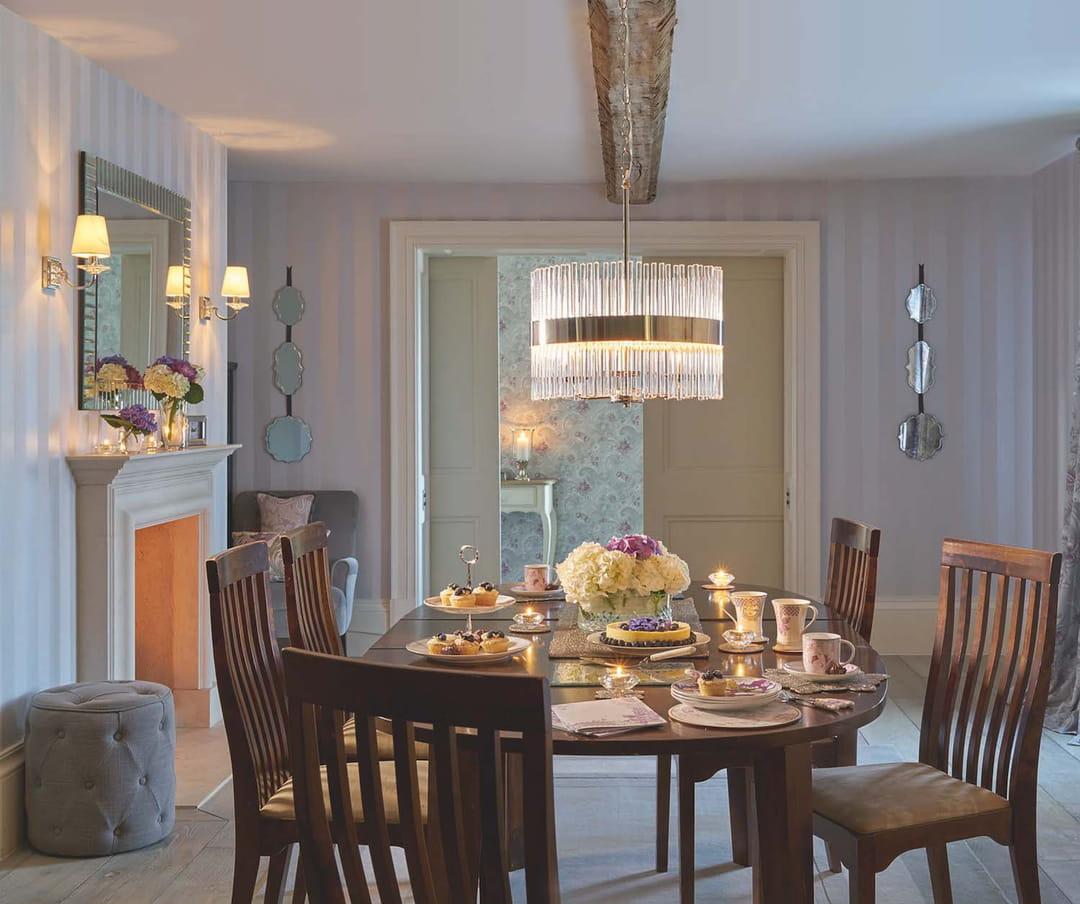 un clairage vari pour une salle manger chaleureuse laura ashley