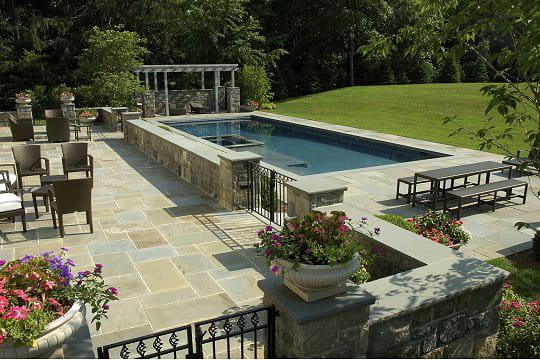 une terrasse avec vue sur piscine