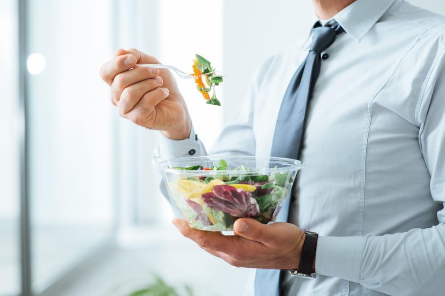Pause déjeuner: il est désormais interdit de manger avec ses collègues en entreprise