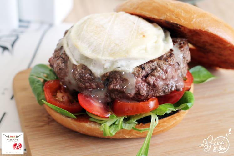 Bagel burger au steak haché maison et Rocamadour