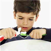 l'utilisation d'un dentifrice adapté à l'âge de l'enfant suffit à apporter le