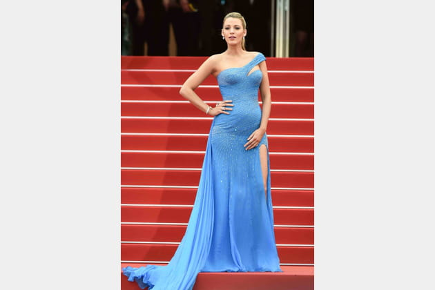 Une robe asymétrique bleue pour Blake Lively