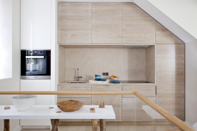 Une cuisine encastr e en bois clair for Cuisine encastree