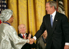 george w. bush en compagnie de la présidente du libéria ellen johnson-sirleaf en