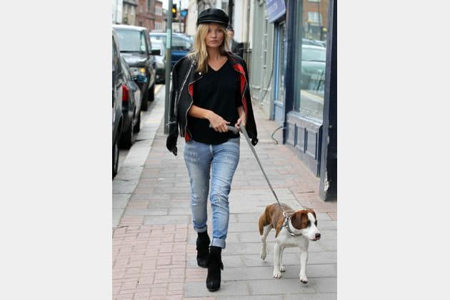 Kate Moss, lookée avec son chien