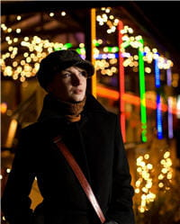 lumières rouges, blanches et vertes illuminent les villes à l'approche de noël.