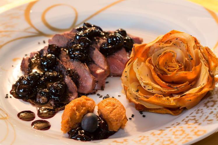 Magret de canard, chutney de myrtilles-bleuets, corolles de pommes de terre et patate douce