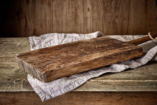 Utiliser une planche à découper en bois