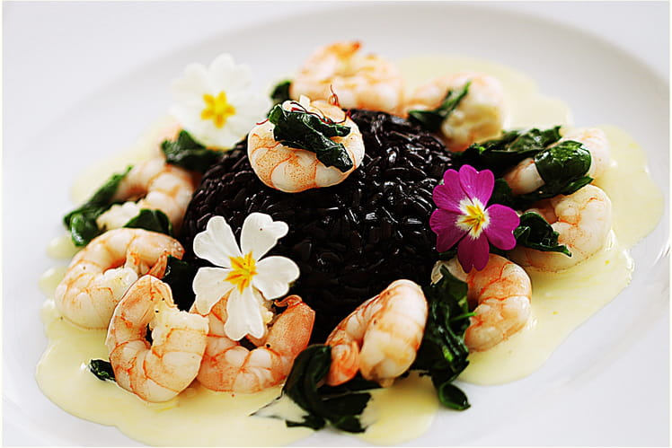 Riz Vénéré aux crevettes, pousses d'épinards et sauce au safran